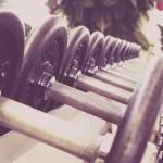 Peso muerto estilo sumo, ejercicio para piernas